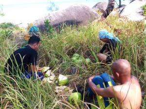 Proses memasukan air kelapa ke dalam botol