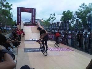 BMX rider sedang beraksi menghibur penonton IIUSF 2014